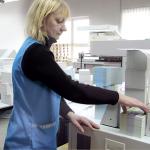 Weiterverarbeitung von Druckprodukten durch Bohren, Rillen, Schneiden, Nummerieren, Perforieren, Leimen, Fälzeln, Bündeln, Heften, Verpacken
